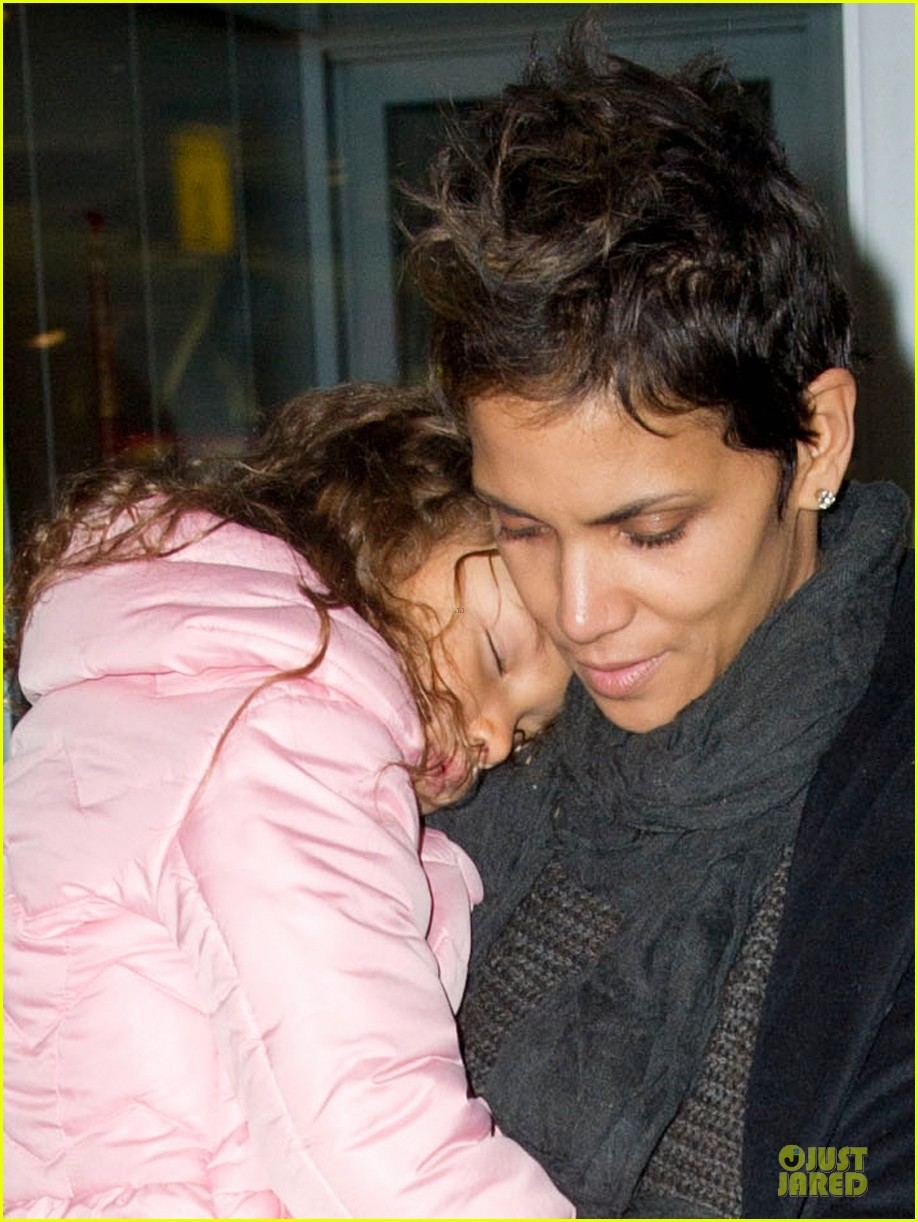 halle berry & nahla post christmas reunion 04
