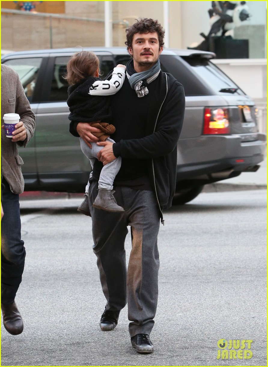 orlando bloom christmas shopping with flynn 15
