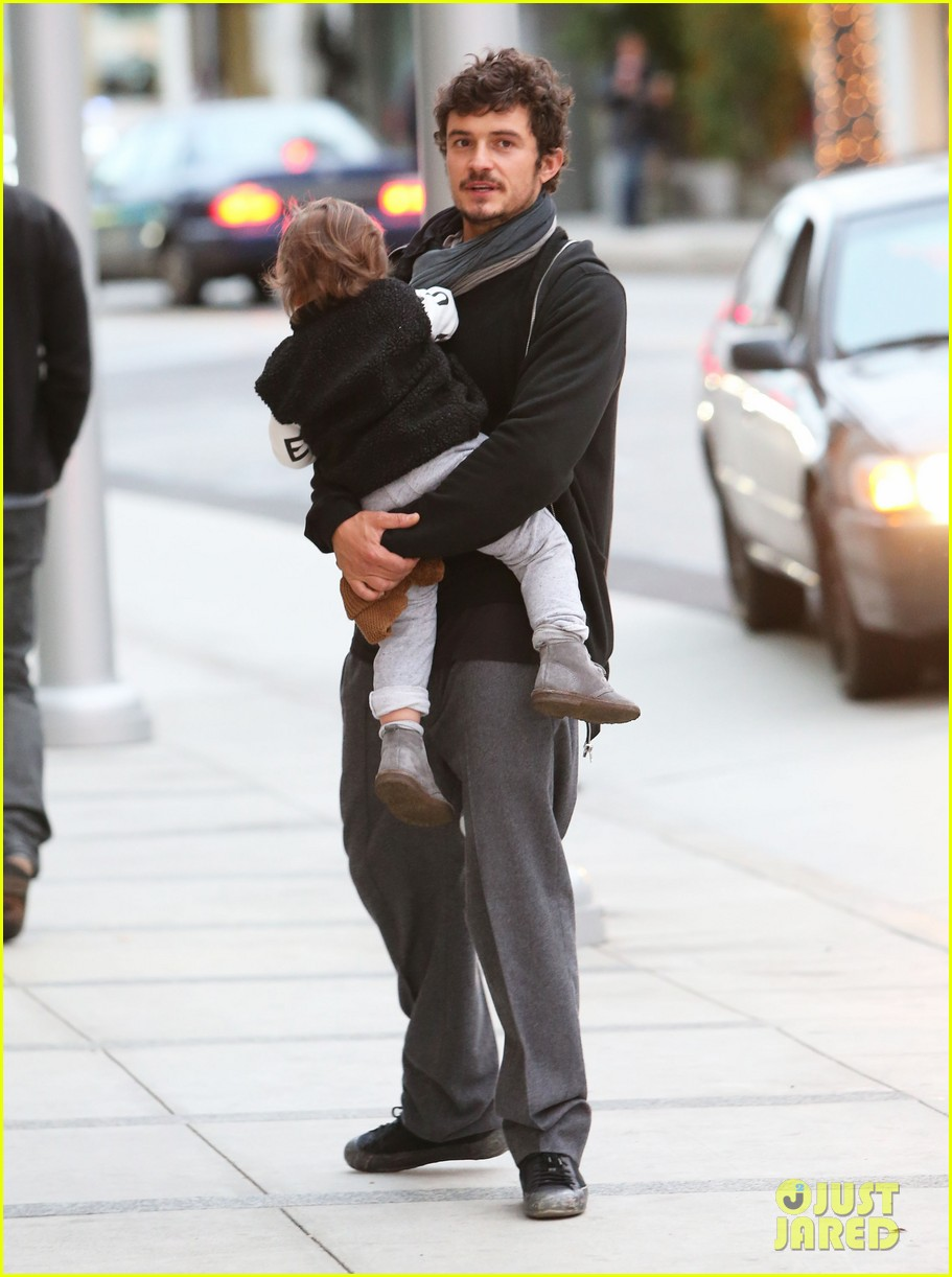 orlando bloom christmas shopping with flynn 17
