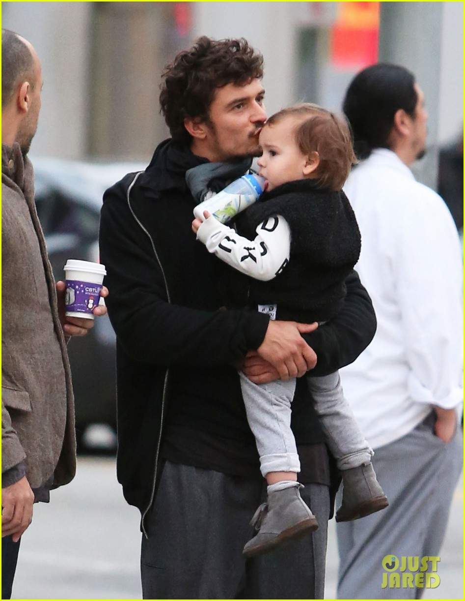 orlando bloom christmas shopping with flynn 22