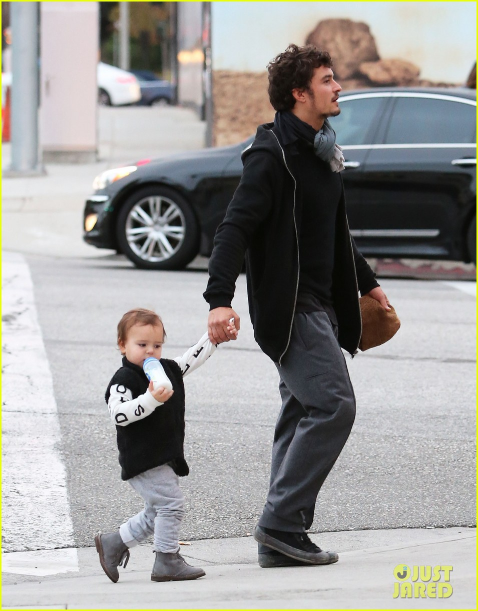 orlando bloom christmas shopping with flynn 26