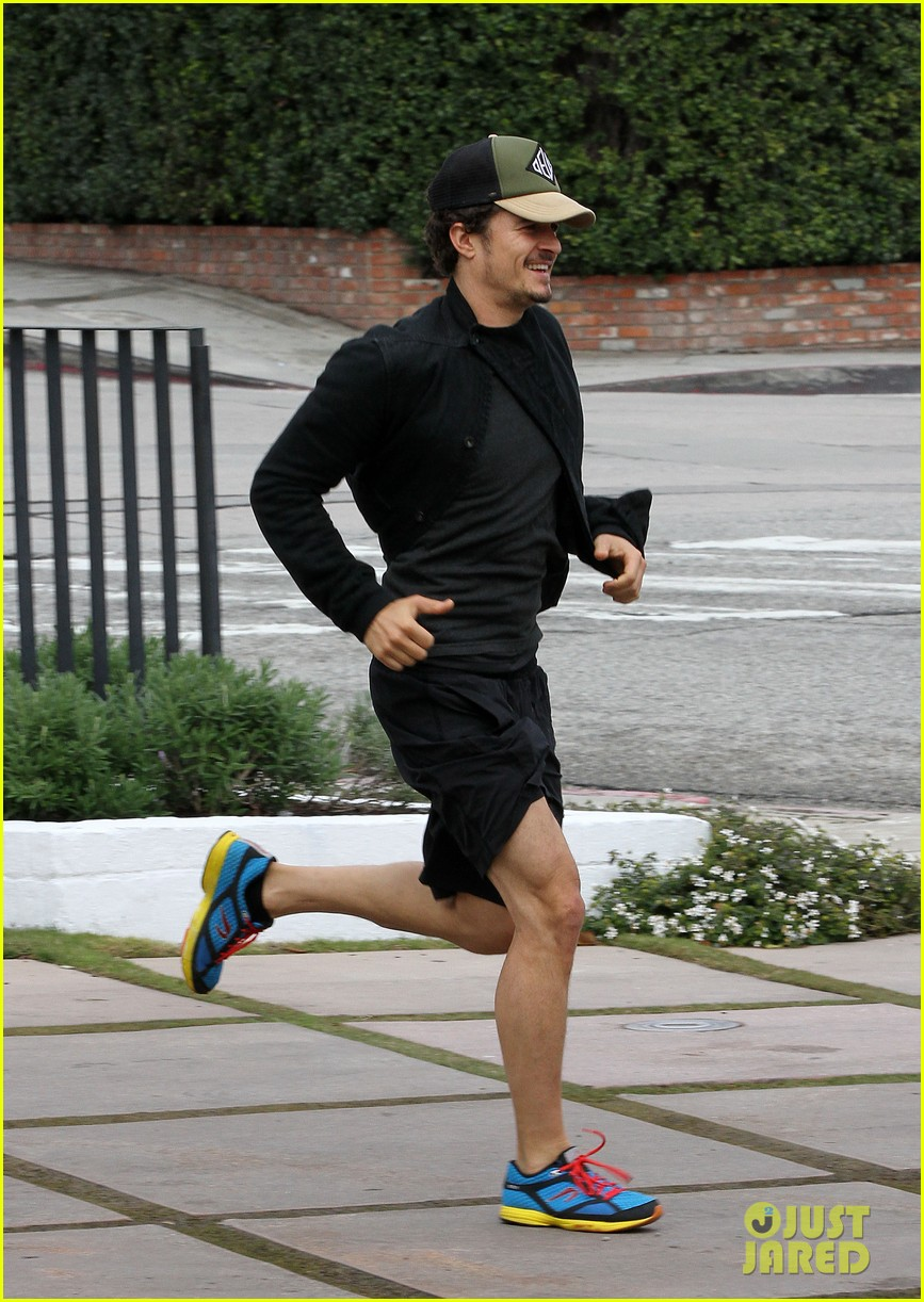 orlando bloom sprints to his car after shopping 08