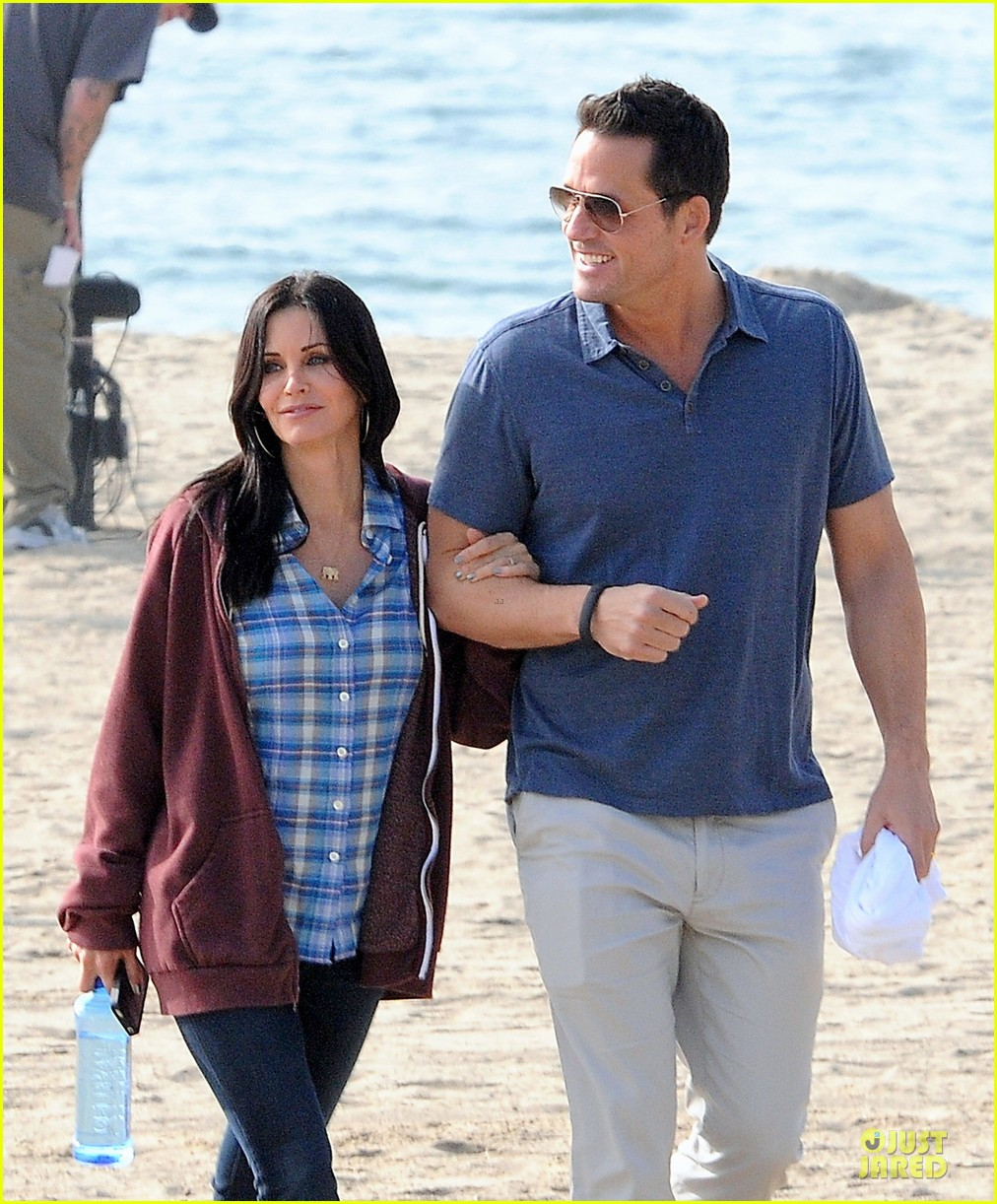 courteney cox cougar town set with josh hopkins 022771576