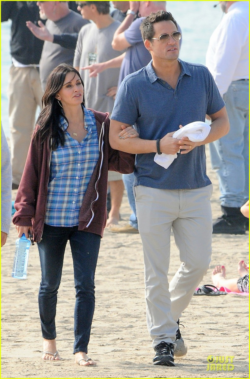 courteney cox cougar town set with josh hopkins 06
