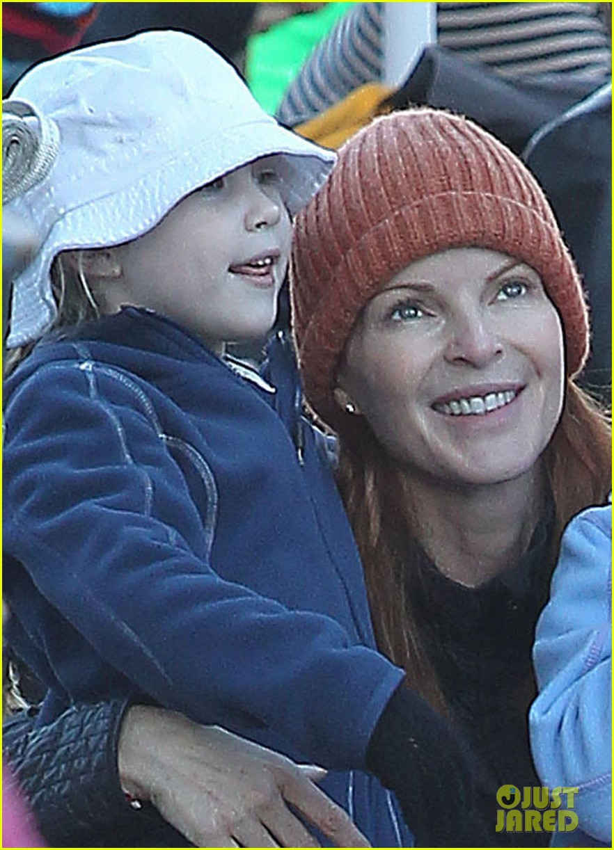 marcia cross ice skating with eden savannah 02