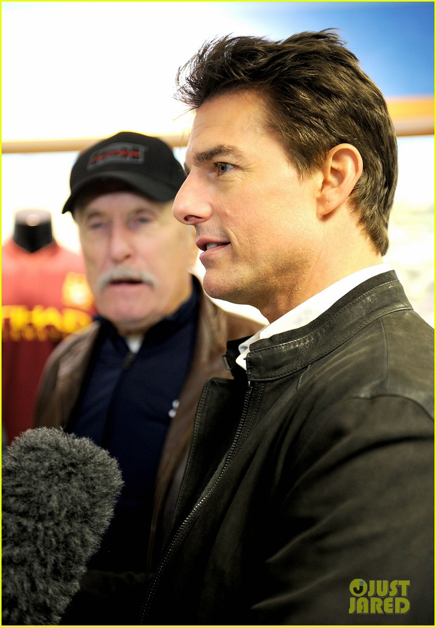 tom cruise jack reacher promotion at the manchester derby 04