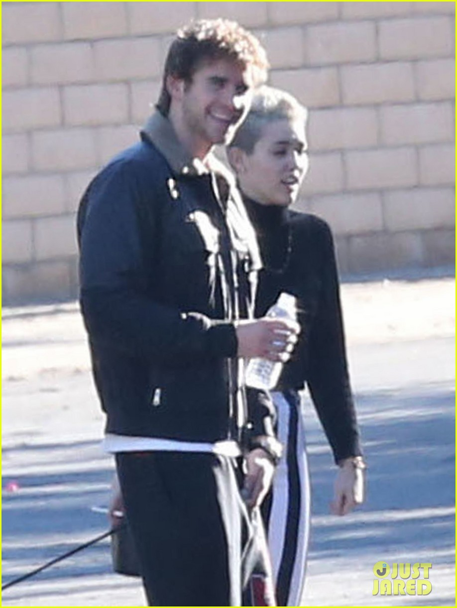 miley cyrus liam hemsworth post christmas family gathering 082781134