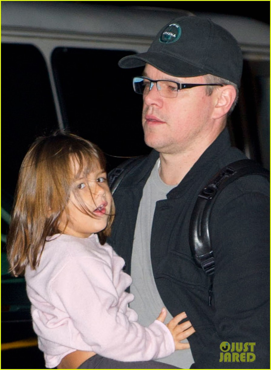 matt damon new york landing with the family 02