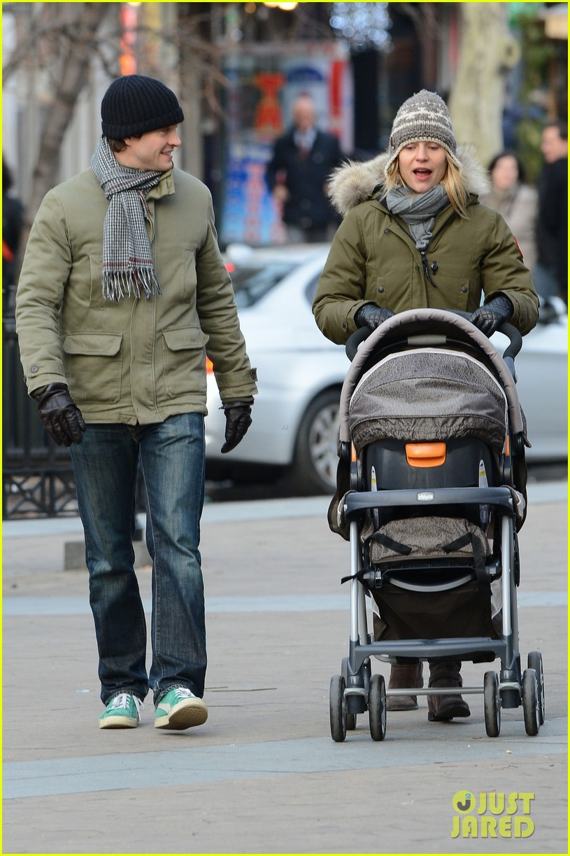 claire danes hugh dancy step out with cyrus one week after birth 04