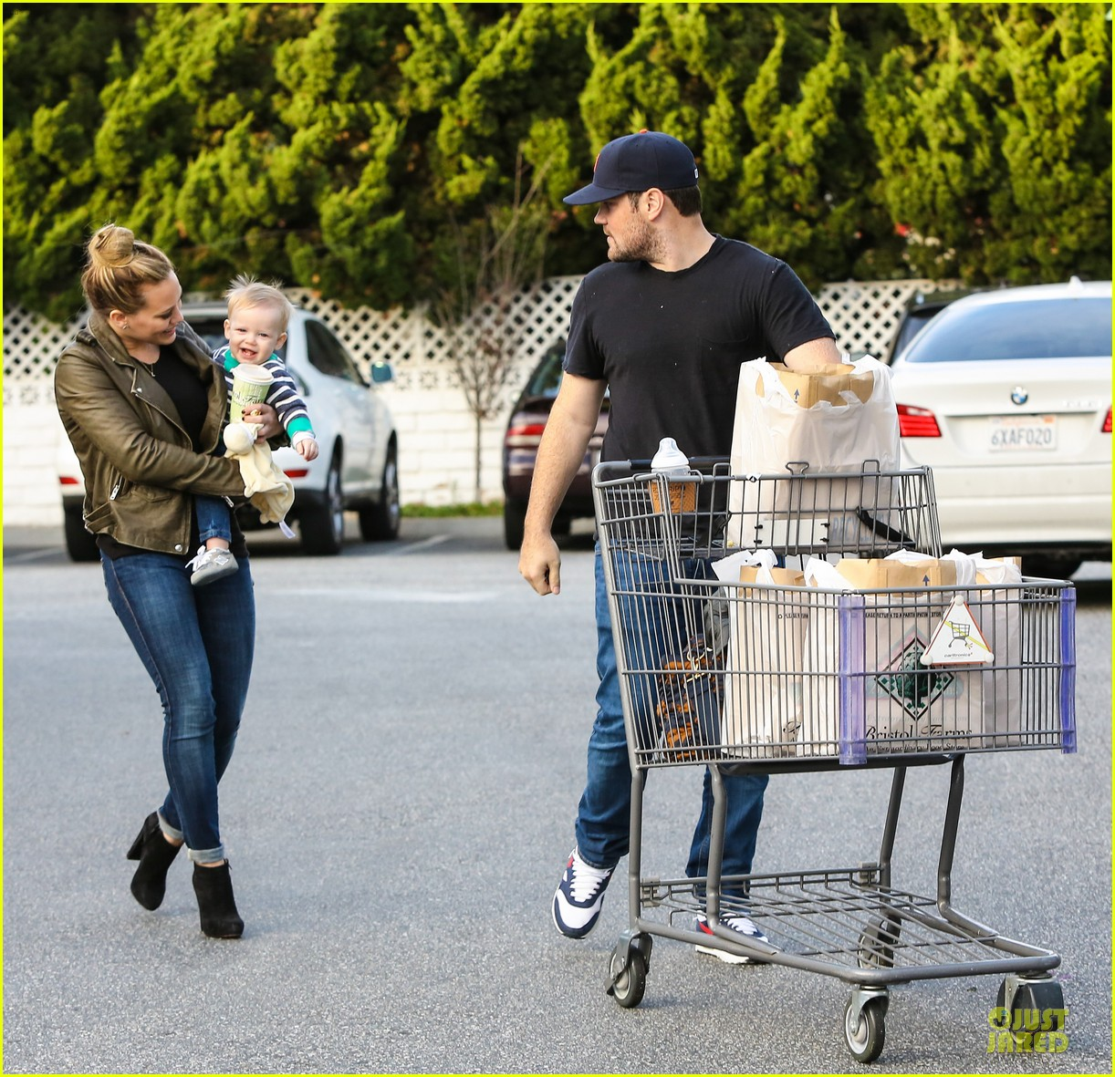 hilary duff & mike comrie grocery store kisses for luca 10