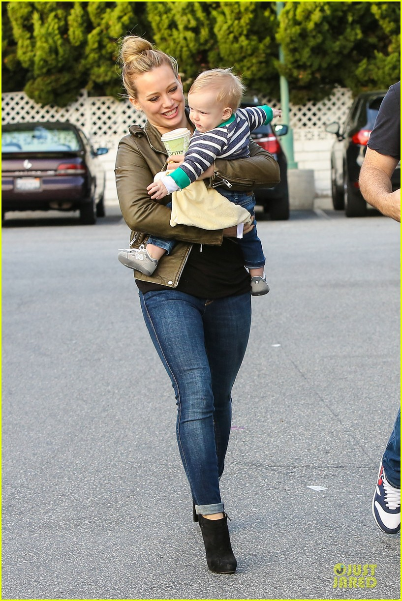hilary duff & mike comrie grocery store kisses for luca 12