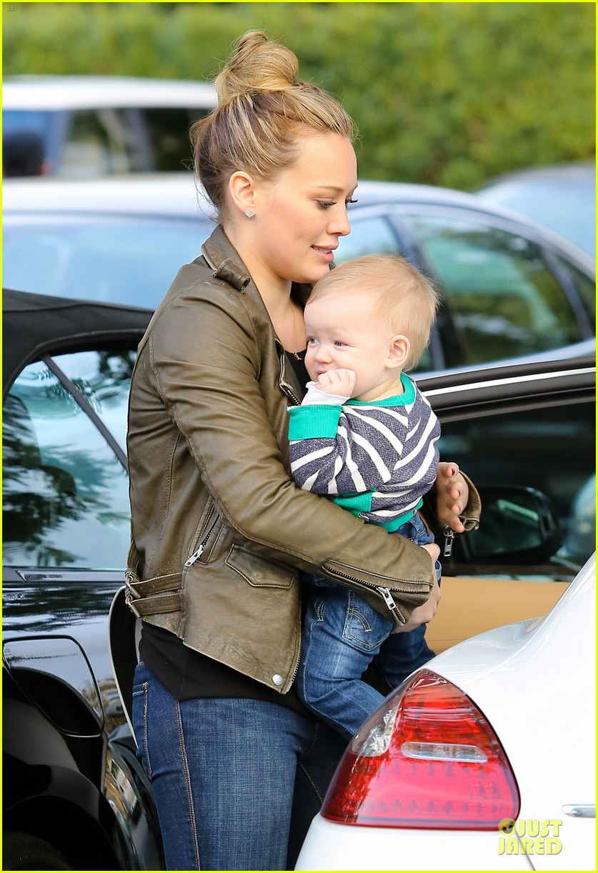 hilary duff & mike comrie grocery store kisses for luca 20