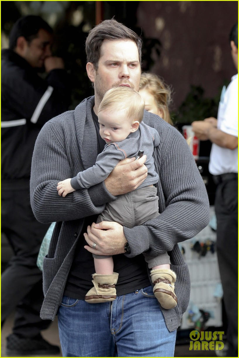 hilary duff mike comrie shopping baby luca 05