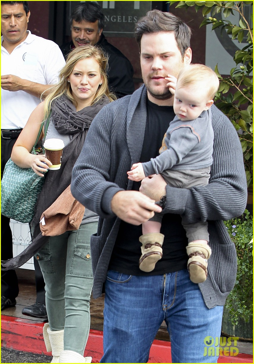 hilary duff mike comrie shopping baby luca 07