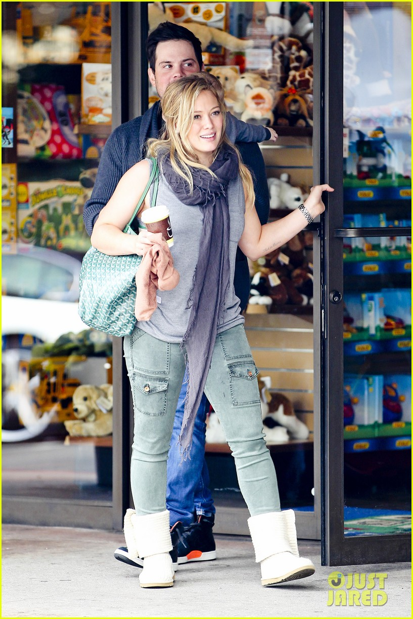 hilary duff mike comrie shopping baby luca 162767890