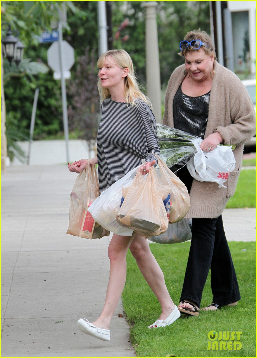 kirsten dunst christmas shopping with mom inez 04