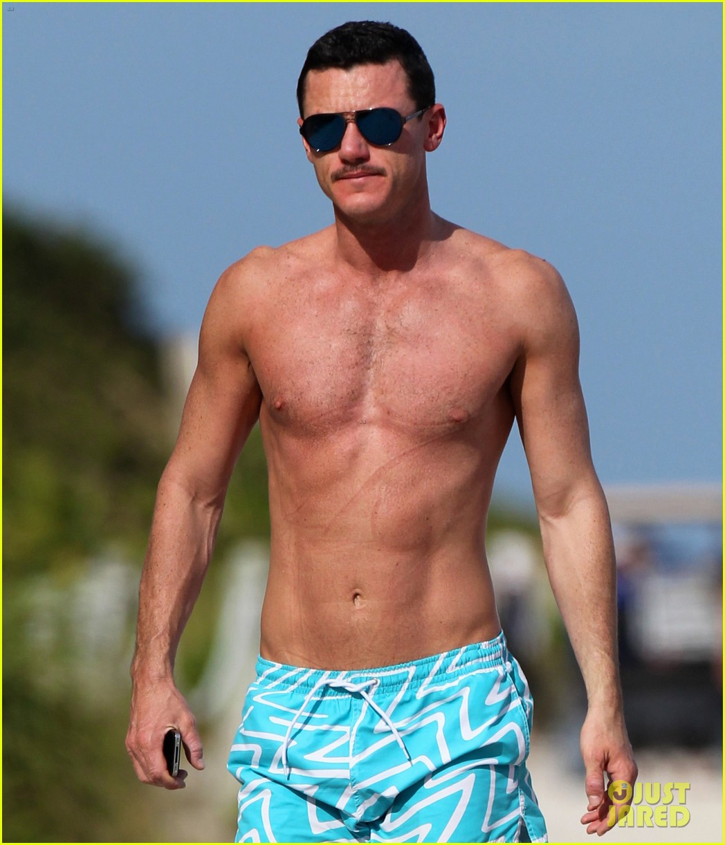 luke evans shirtless on miami beach 03