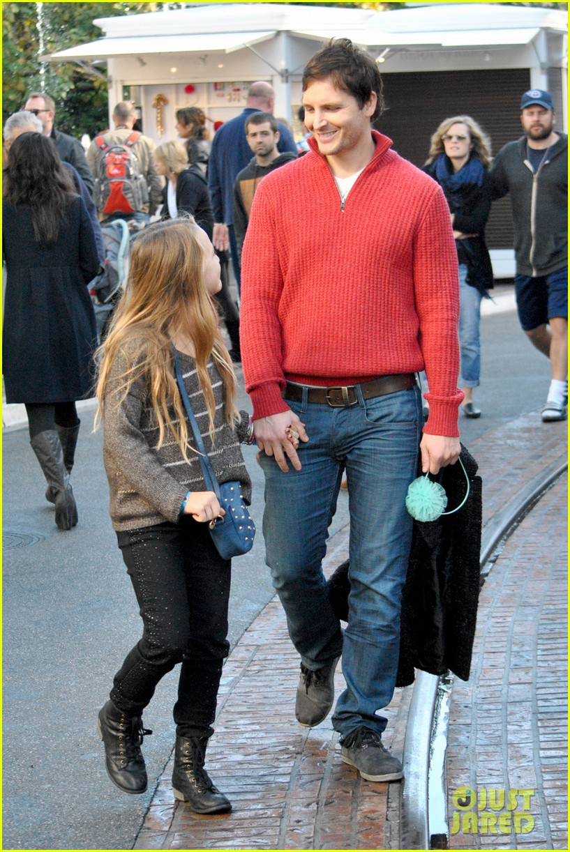 peter facinelli christmas eve shopping with lola 03