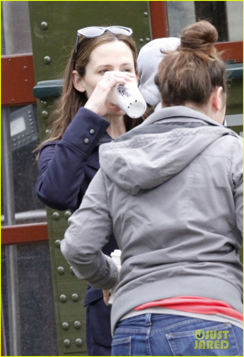 jennifer garner ben affleck breakfast on different coasts 14
