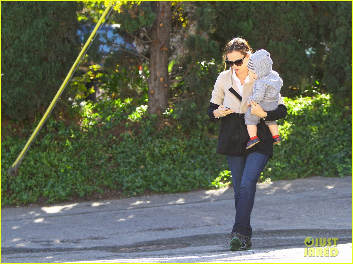 jennifer garner shopping with samuel 01