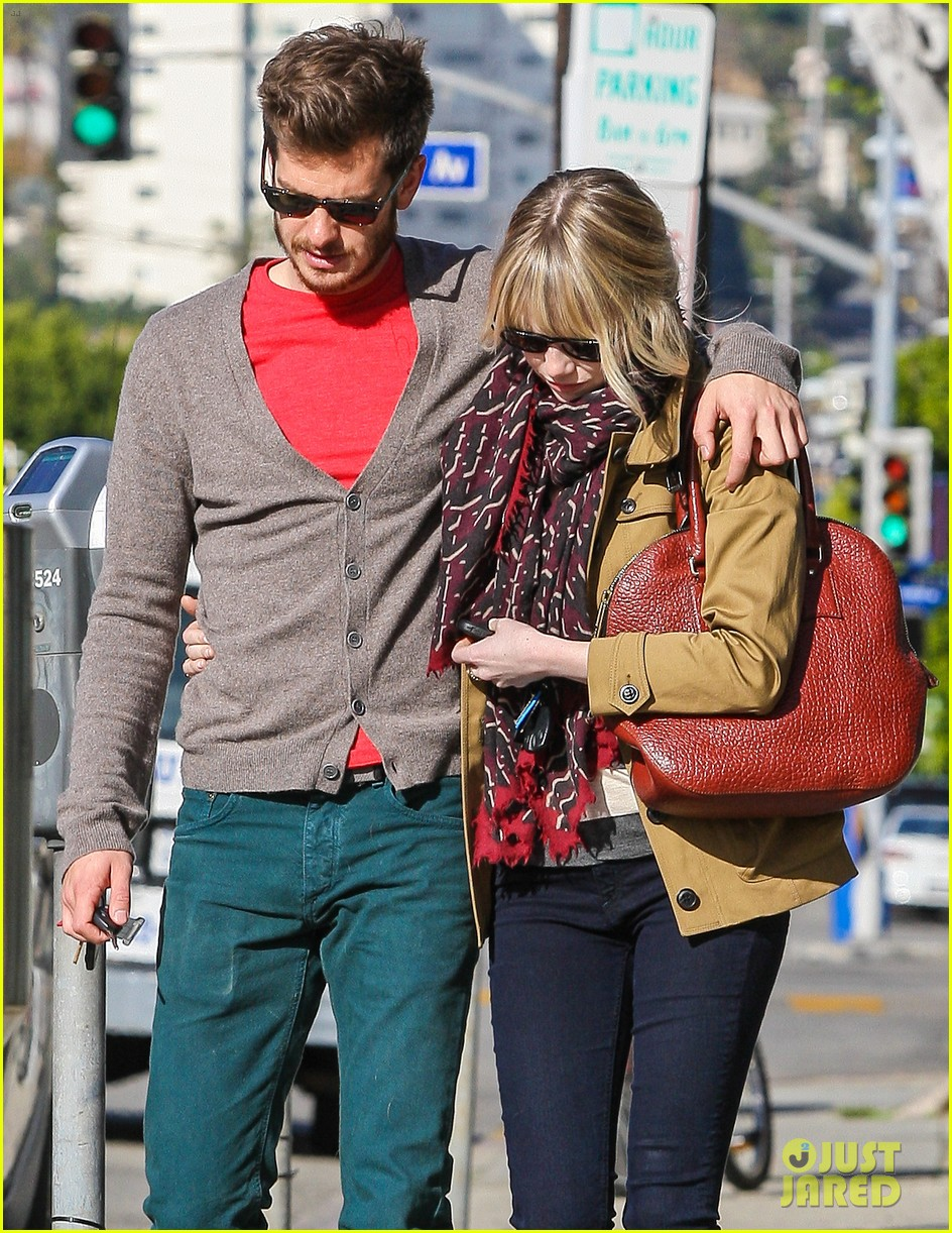 andrew garfield emma stone romantic stroll 02