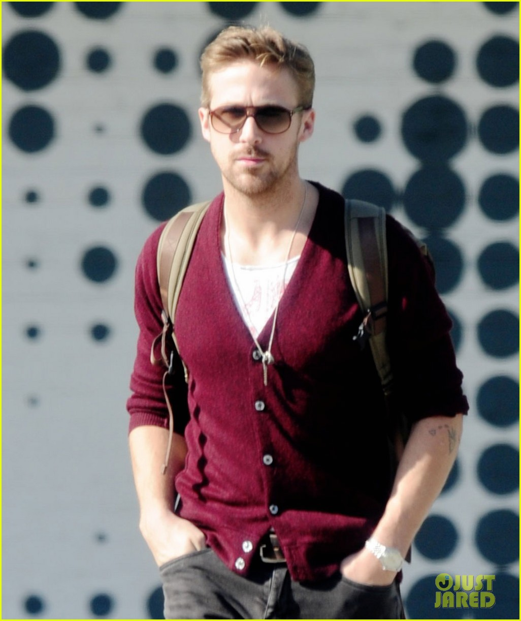 ryan gosling wears new sweater for breakfast 05