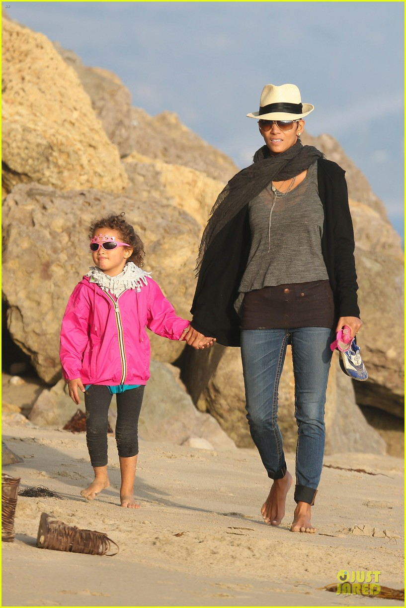 halle berry beach strolling duo 01