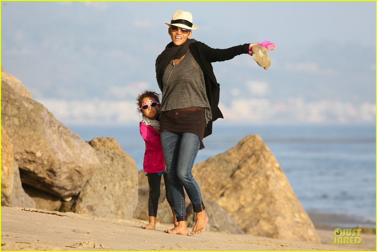 halle berry beach strolling duo 27