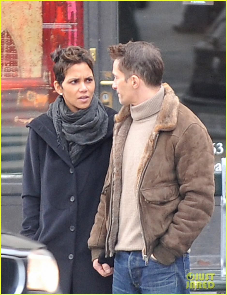 halle berry olivier martinez hold hands in paris 02