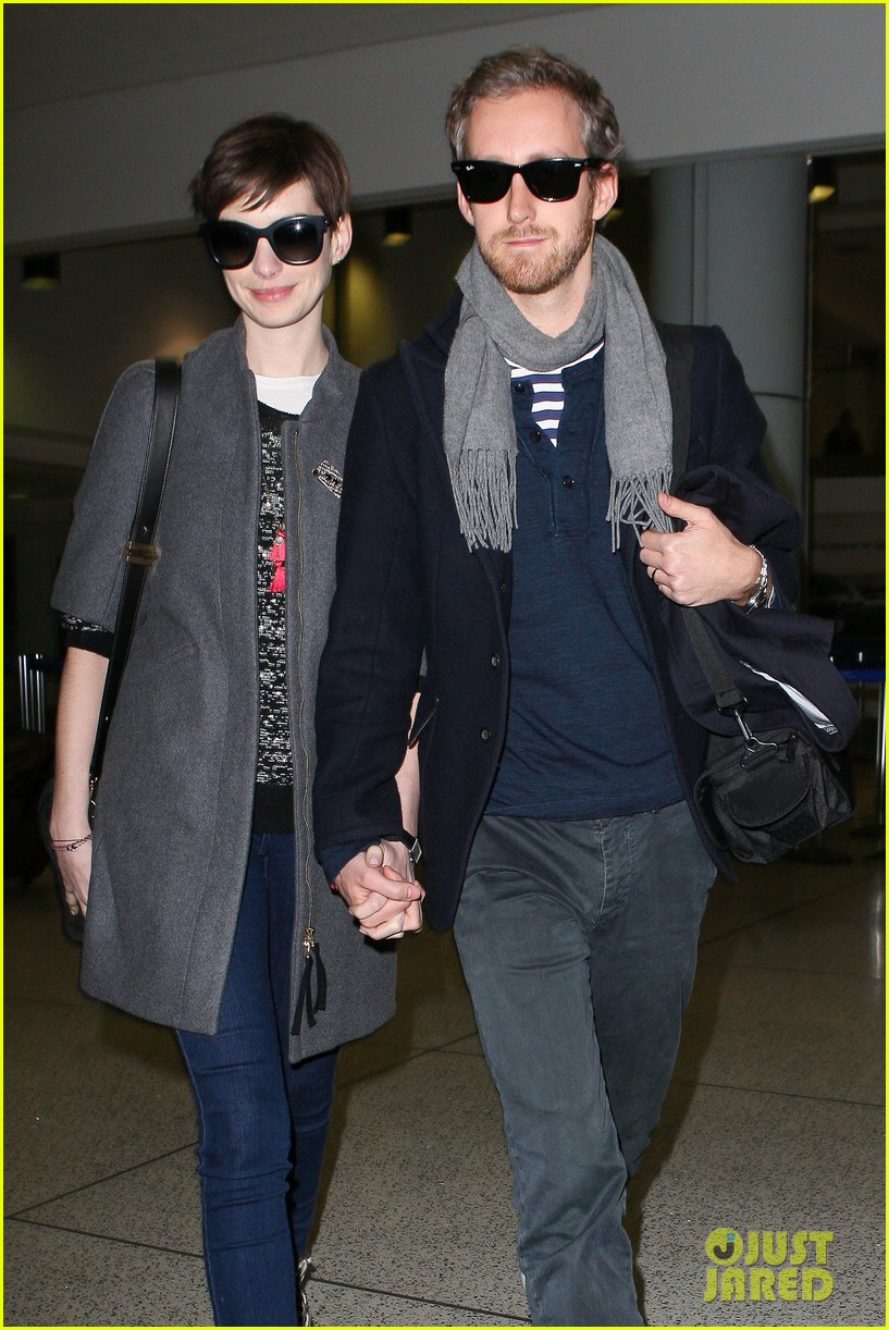 anne hathaway adam shulman hold hands after wardrobe malfunction 08