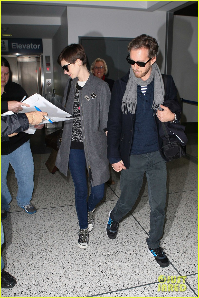 anne hathaway adam shulman hold hands after wardrobe malfunction 17
