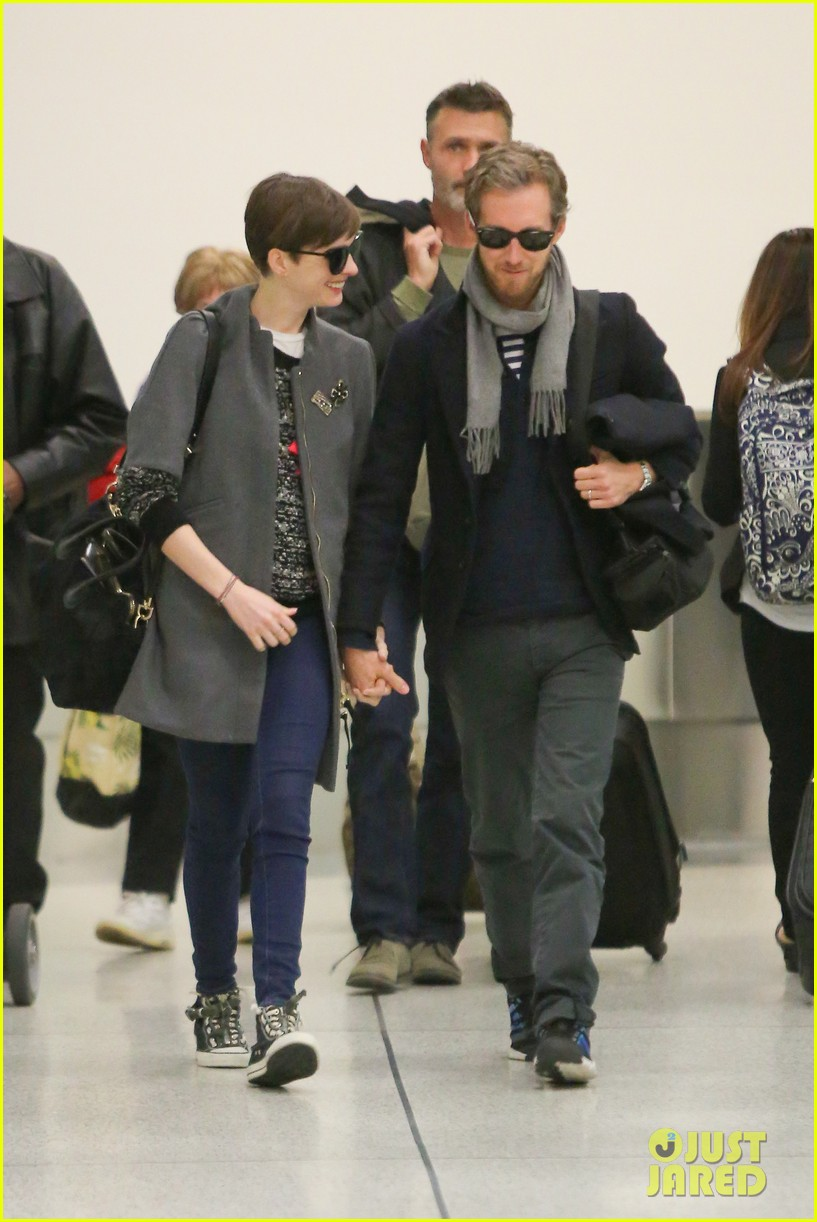 anne hathaway adam shulman hold hands after wardrobe malfunction 21