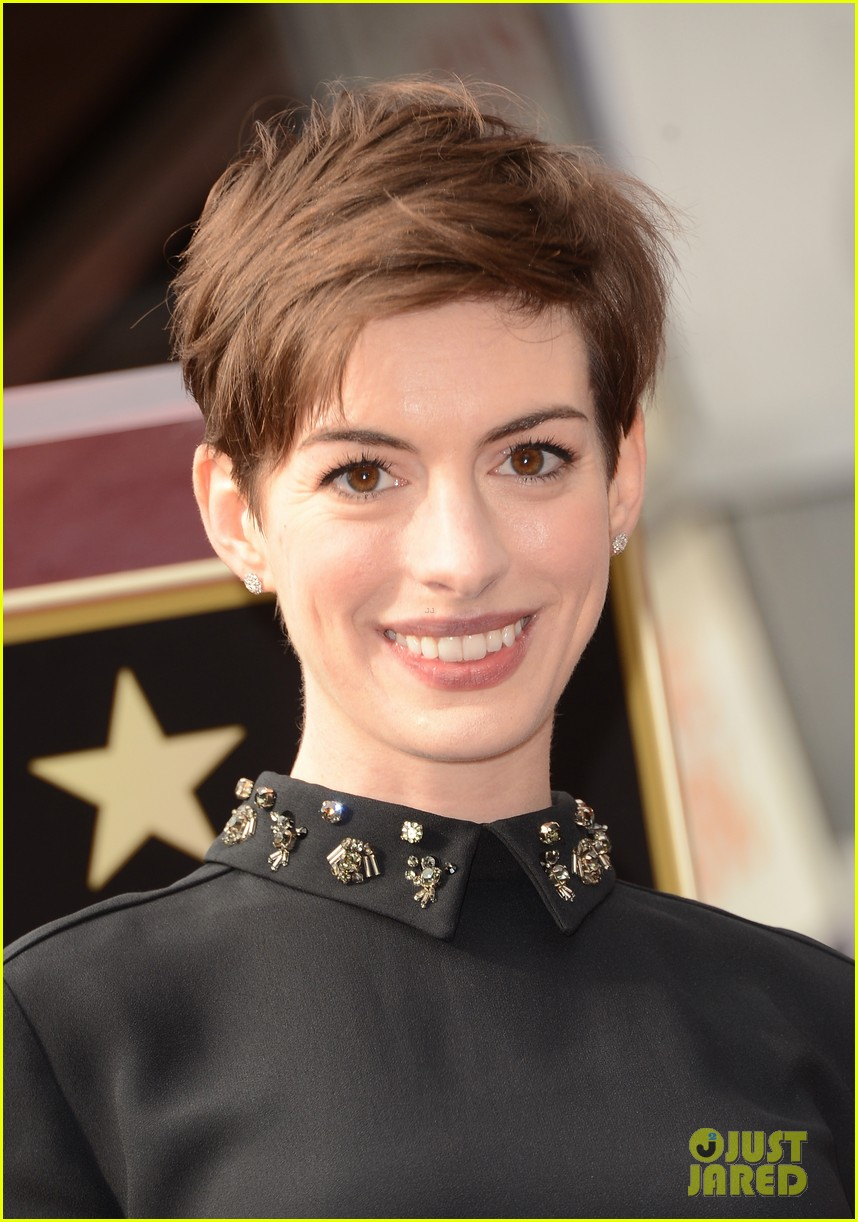 anne hathaway amanda seyfried hugh jackmans walk of fame ceremony 03