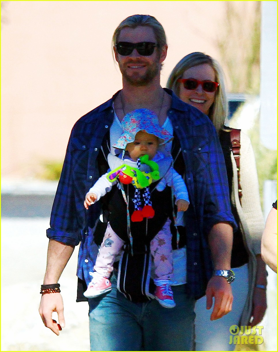 chris hemsworth elsa pataky palm springs stroll with india 08