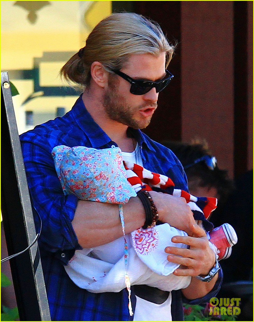 chris hemsworth elsa pataky palm springs stroll with india 12