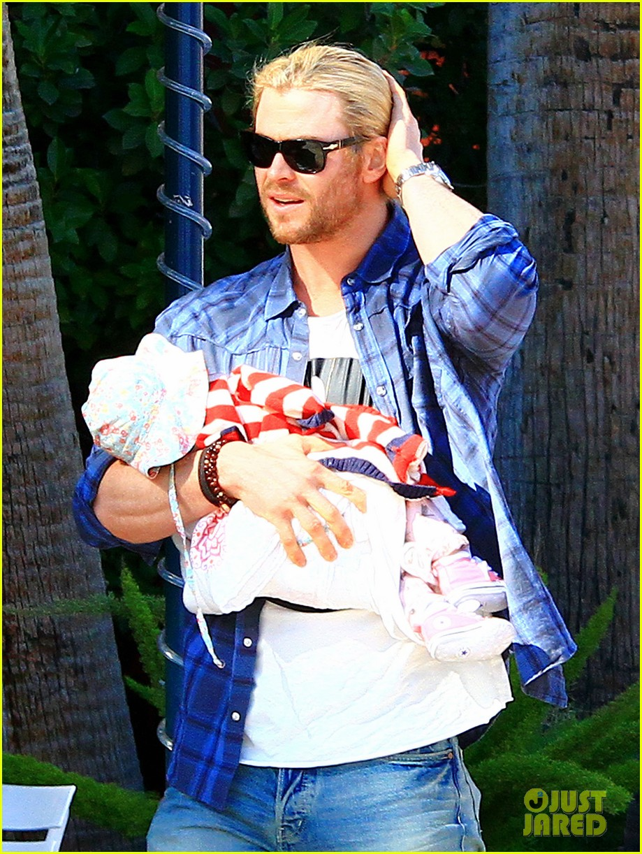 chris hemsworth elsa pataky palm springs stroll with india 14