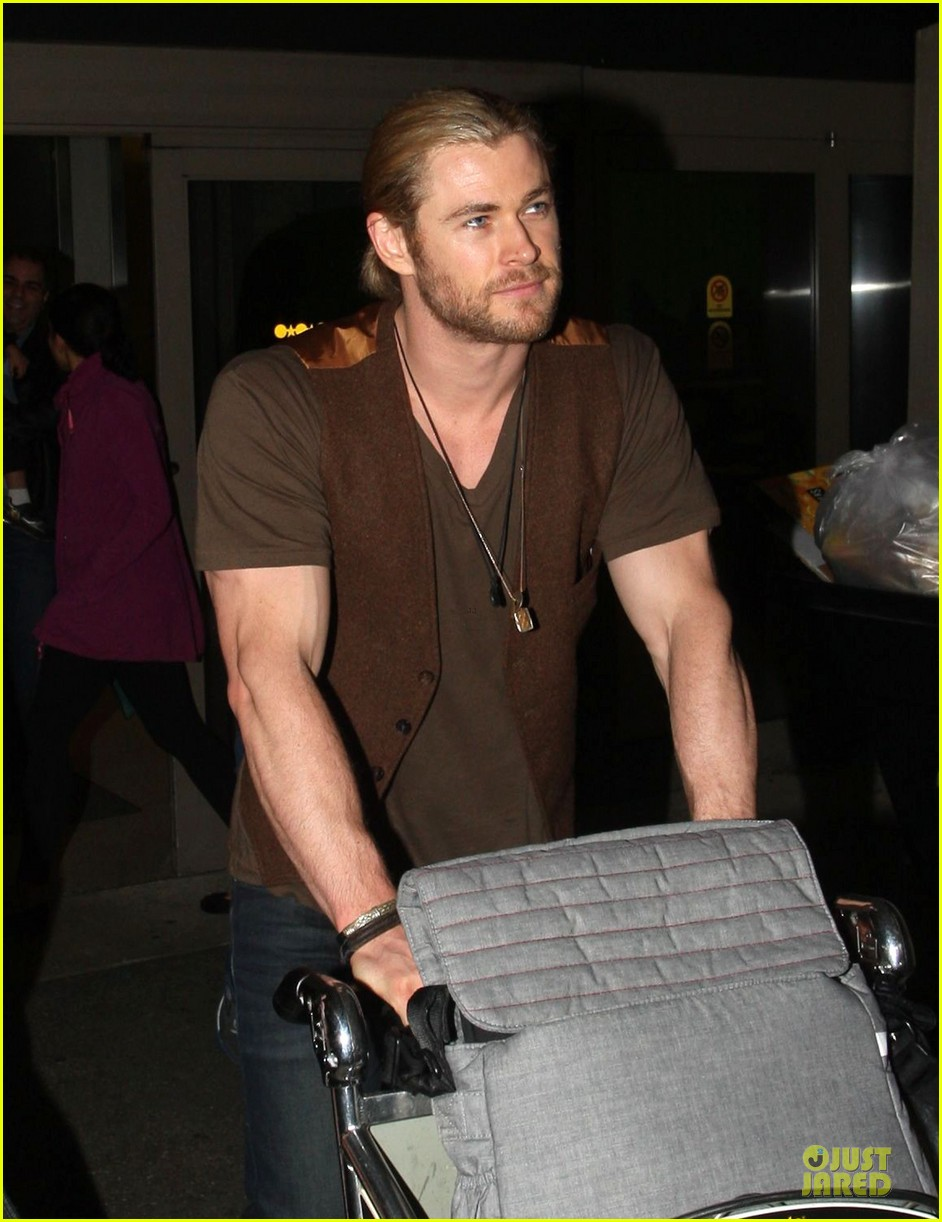 chris hemsworth & elsa pataky los angeles landing with india 09