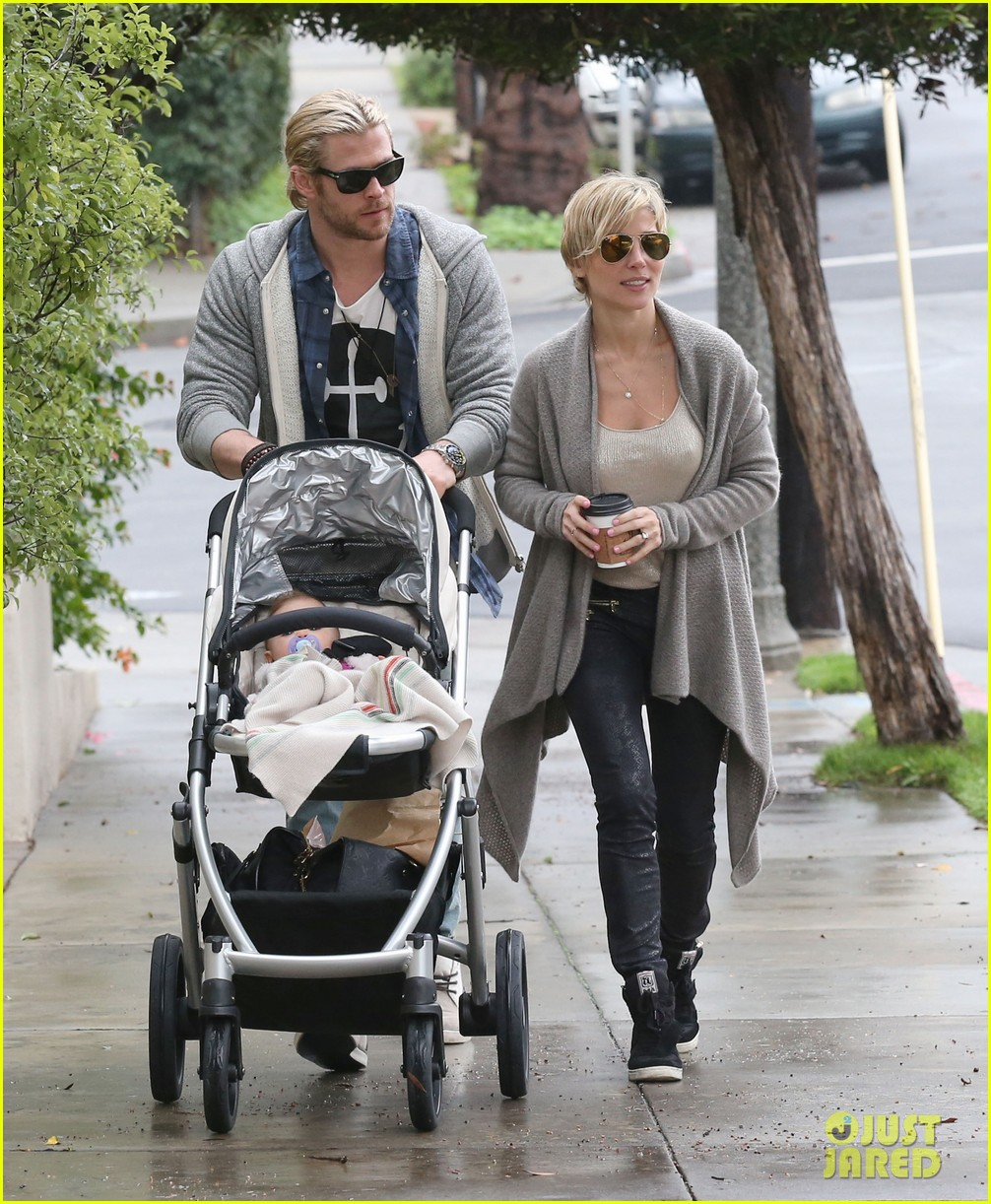 chris liam hemsworth christmas eve dinner shopping 11
