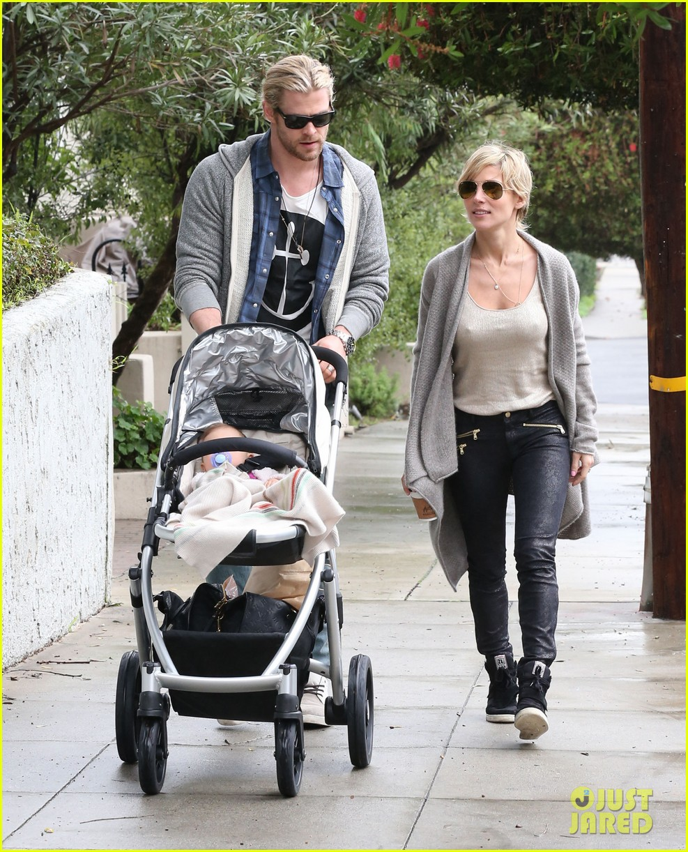 chris liam hemsworth christmas eve dinner shopping 142780629