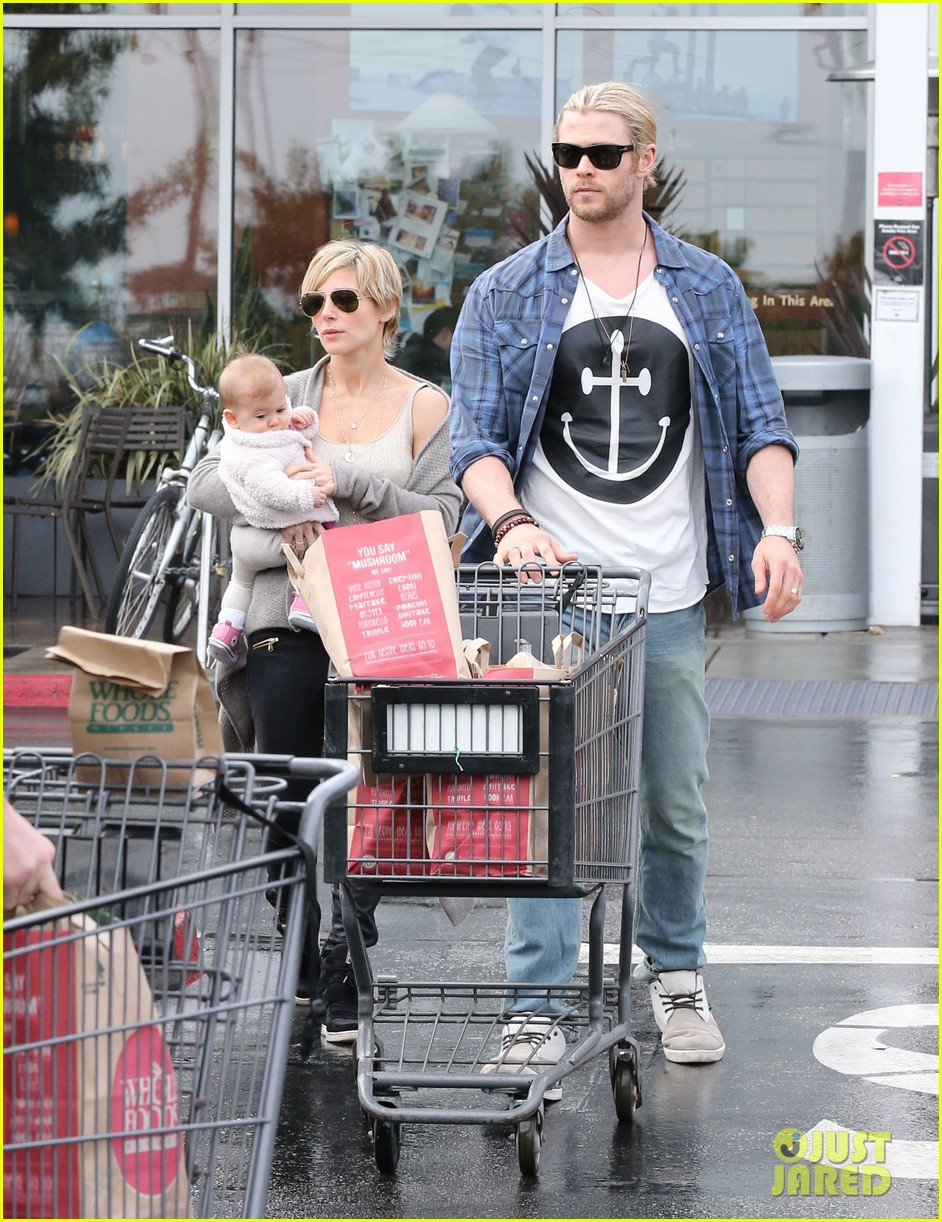 chris liam hemsworth christmas eve dinner shopping 16
