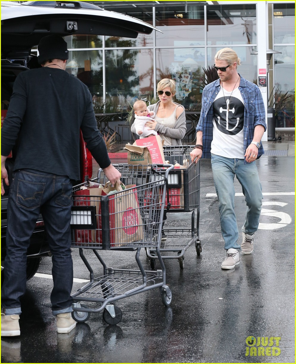 chris liam hemsworth christmas eve dinner shopping 19
