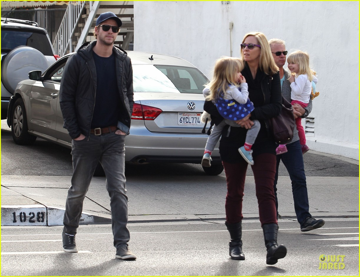 chris hemsworth & elsa pataky sunday lunch with liam hemsworth 192782681
