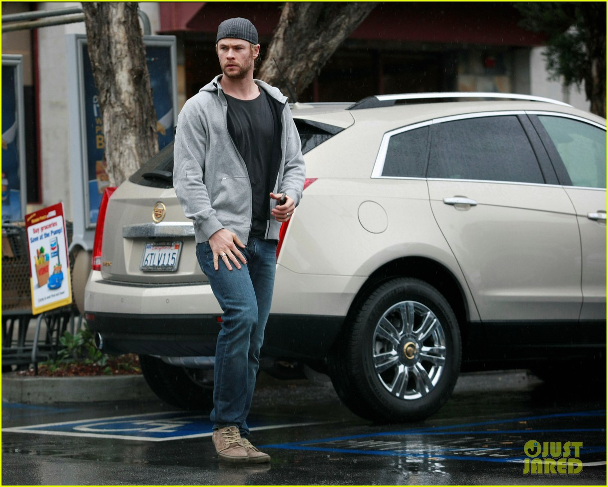 chris hemsworth car trouble on new years eve 04