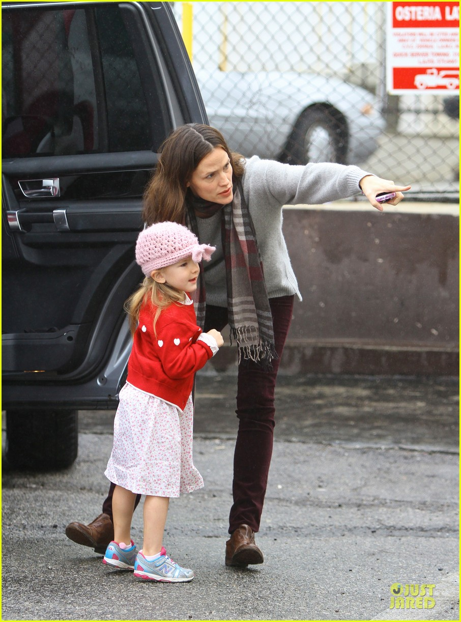 jennifer garner & ben affleck holiday shopping with the girls 01