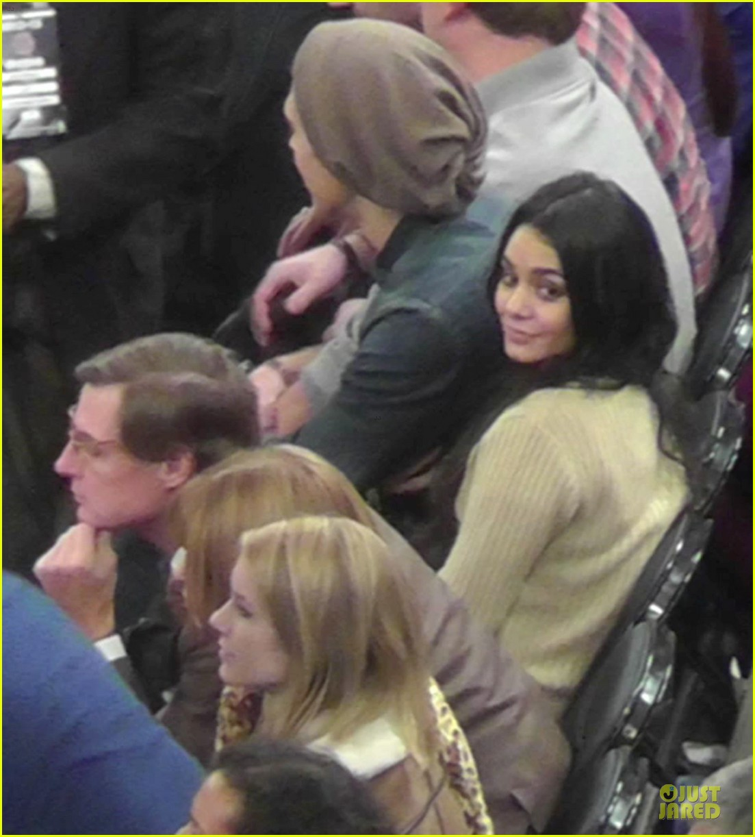 vanessa hudgens austin butler new york knicks spectators 03