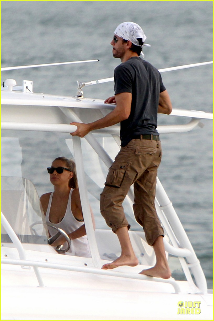 enrique iglesias miami boating couple 012777173