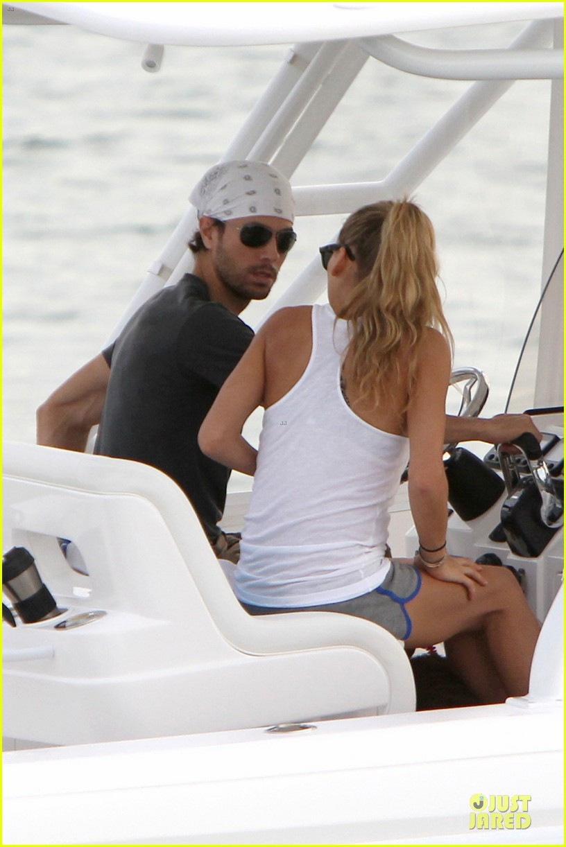 enrique iglesias miami boating couple 02