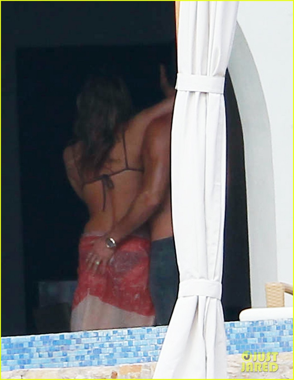 jennifer aniston bikini tanning with justin theroux 03