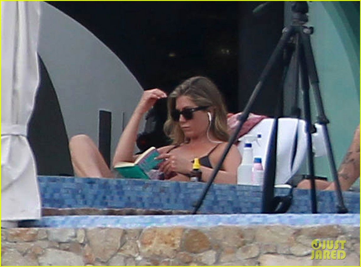 jennifer aniston bikini tanning with justin theroux 042781418