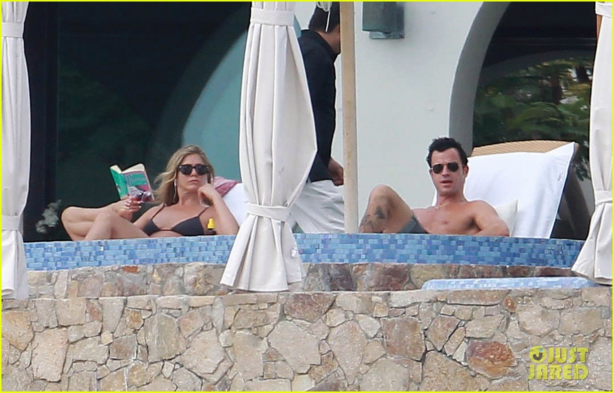 jennifer aniston bikini tanning with justin theroux 08